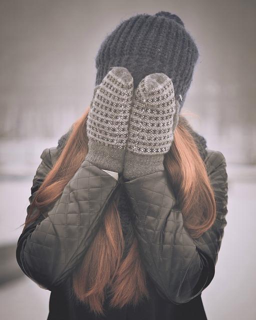 手袋で顔をかくす女性